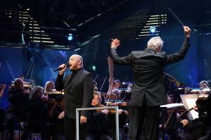Radion sinfoniaorkesteri ja Hannu Lintu säestivät Kasmiria Täällä pohjantähden alla -kappaleessa