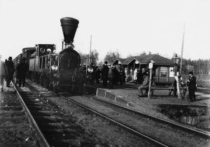 Juna Oulunkylän rautatieasemalla (valmistunut 1907, palanut).