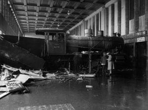 Junaonnettomuus, postijuna ajoi 28.8.1926 asemarakennuksen seinään Helsingin rautatieasemalla.