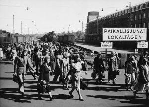 Saapuvia paikallisjunien matkustajia Helsingin rautatieasemalla
