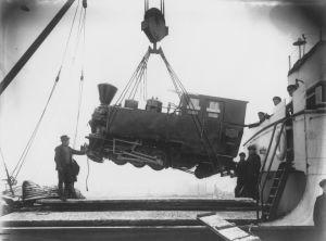 Laivan lastin purkua. Veturia nostetaan 1923