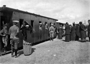 Ensimmäinen maailmansota. Venäläisiä upseereita lähdössä sotaan junalla Töölön tavara-asemalta.