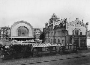 Helsingin vanha ja uusi rautatieasema Kaivokadulta nähtynä. Uusi asemarakennus rakenteilla