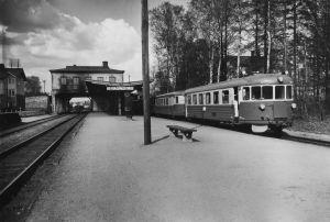 Lähiliikenteen juna Malmin rautatieasemalla.