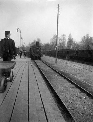 Tilannekuva Helsingin rautatieaseman junalaiturilta 1898