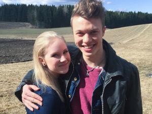 Kuvassa Jimi Aro (Arttu Soilumo) ja Tuija Haavisto (Fanni Suomi).