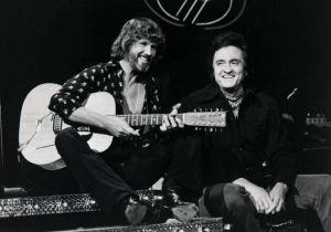 Kris Kristofferson med gitarr tillsammans med Johnny Cash.