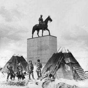 Mannerheimin patsas sijoitettuna saamelaisten maisemiin