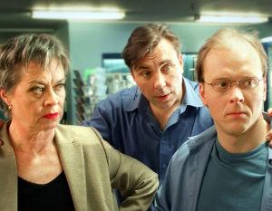 Marja Packalén, Pekka Valkeejärvi ja Valtteri Tuominen tv-draamassa Eteenpäin (2002).