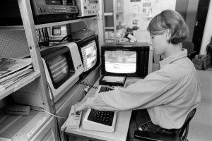 Teksti-TV:n toimitus olympiahuumassa. Elina Alanen tekstittämässä elokuista Kisastudio-lähetystä 1984.