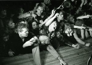 Exploited-yhtyeen konsertti Lepakossa. Punk-konsertin yleisöä. Nuorisoa punk- bändin keikalla.