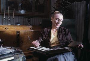 Seela Sella esittää Birgitta Malmstenia Timo Humalojan ohjaamassa ja Raija Orasen kirjoittamassa 3-osaisessa sarjassa Luonnollinen kuolema 1990.