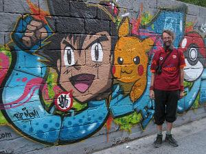 Matti Rämö Pokemon-graffitin edessä Beirutissa.