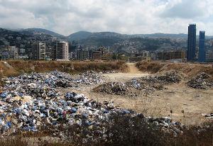 jätteitä beirutin liepeillä kerrostalojen lähellä