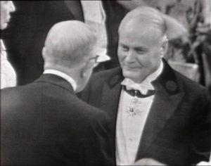 Ragnar Granit vastaanottamassa Nobel-palkintoa 1967