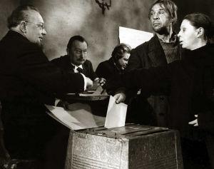 Topi (Holger Salin) ja Riika (Liisa Nevalainen) vaaliuurnalla (1959).