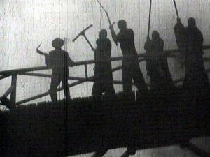 Ote elokuvasta Noita palaa elämään (1952).