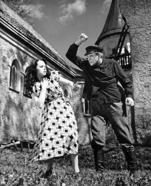 Mirja Mane ja Einari Ketola elokuvassa Noita palaa elämään (1952).
