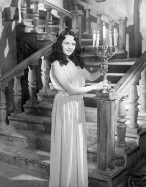 Mirja Mane elokuvassa Noita palaa elämään (1952).