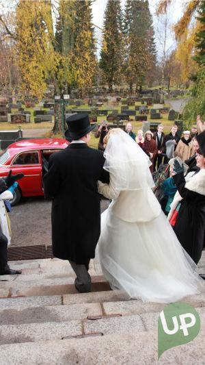 Vilman ja Janin häät. Morsiuspari lähdössä kirkosta ja kävelevät rappusia alas. Juhlavieraita ympärillä.