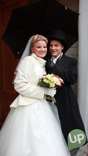 Vilman ja Janin häät. Morsiuspari kirkon ulko-ovella.