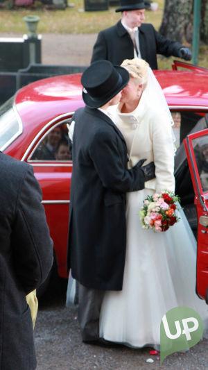Vilman ja Janin häät. Morsiuspari lähdössä kirkosta. Pusu.