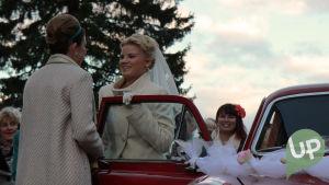 Vilman ja Janin häät. Krista ja Vilma hääauton edessä lähdössä.