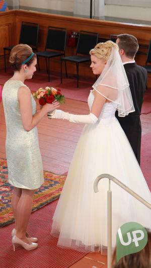 Vilman ja Janin häät. Vilma ja Jani kirkossa kävelemässä alttarille. Vilma antaa hääkimpun Kristalle.
