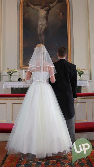 Vilman ja Janin häät. Vilma ja Jani alttarilla kirkossa.