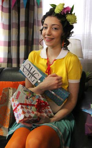 Epun ja Annin 18v bileet. Anni lahjat sylissään.