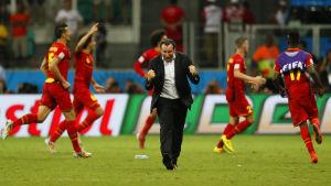 Belgian jalkapallojoukkueen pelaajat ja päävalmentaja juhlivat maalia.