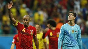 Belgian jalkapallomaajoukkueen Vincent Kompany ja Thibaut Courtois tervehtivät yleisöä.