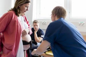 Tommi Kallio seuraa synnytykseen valmistautumista.