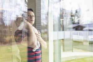 Tommi Kallio kotona tyttärensä kanssa.