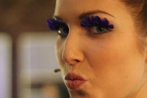 Kristalla violetit isot ripset. Lähikuva.