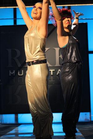 Emmi ja Krista mageina lavalla. Kädet ylhäällä.