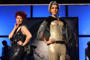 Emmi ja Krista lavalla. Sininen tausta.