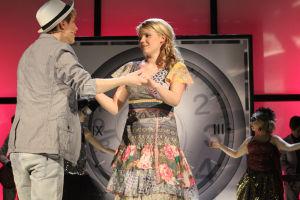 Vilma ja Jani pitävät toisiaan käsistä kiinni lavalla.