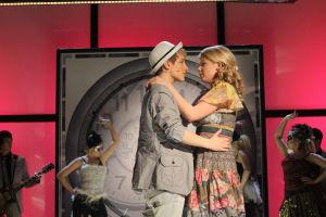 Vilma ja Jani lavalla syleilevät toisiaan.