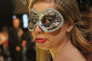 Tanssija, jolla on naamio ja surullinen ilme kasvoillaan.