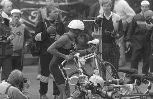 Triathlonkilpailujen lähtöpaikka 1987, kilpailija aloittaa pyöräilyosuuden.