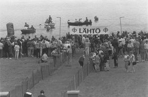Triathlonkilpailujen lähtöpaikka rannalla 1987.