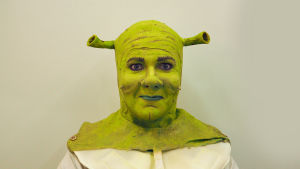 Näyttelijä ja laulaja Petrus Kähkönen Shrekin maskissa, Helsingin kaupunginteatteri 2016.