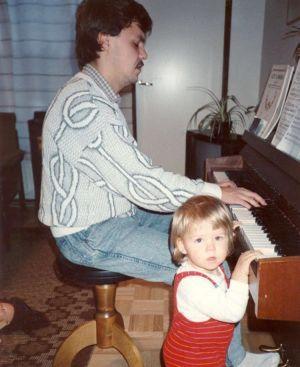 Saara Aalto lapsena isänsä Markus Aallon kanssa pianon ääressä