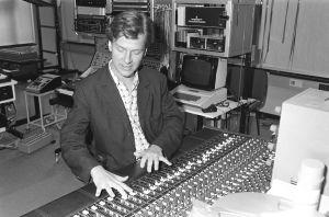 Magnus Lindberg kokeilustudiossa.