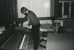 Pekka Sirén työssä kokeilustudiossa.