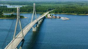 Bild över havslandskap och förbindelsebro (Replotbron)