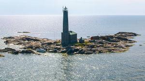 Flygbild över hav och fyr (Bengtskär)