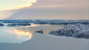 Flygbild över skärgård i vinterskrud.