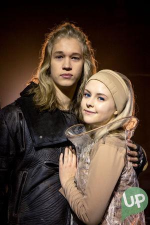 Kuvassa Aron (Joel Bonsdorff) ja Aina (Amelie Blauberg).